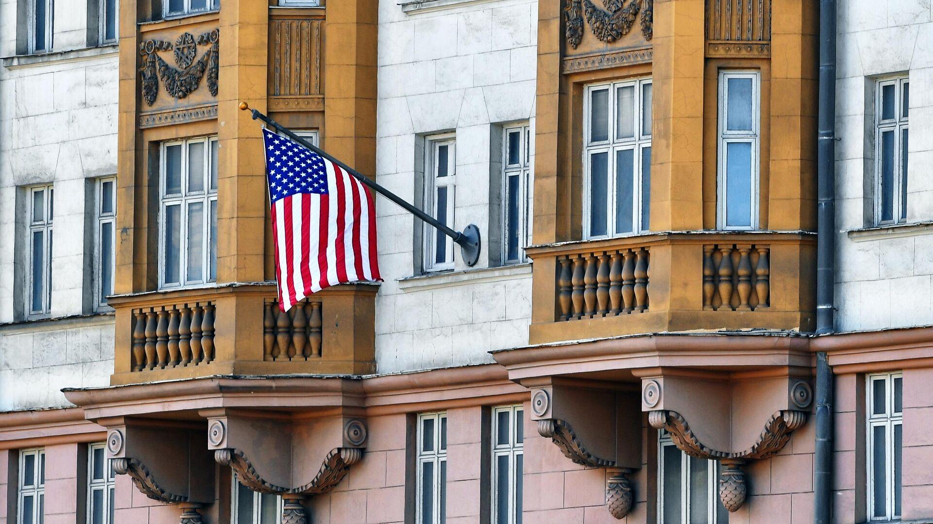 Государственный флаг США у американского посольства в Москве - РИА Новости, 1920, 22.09.2021
