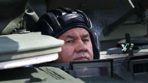 Шойгу проехал на танке в Алабино
