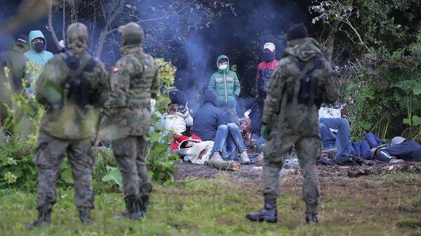 Польские пограничники возле группы мигрантов на белорусско-польской границе