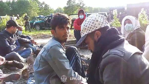 Мигранты напротив участка пограничной заставы Русаки Гродненской погрангруппы. Кадр видео