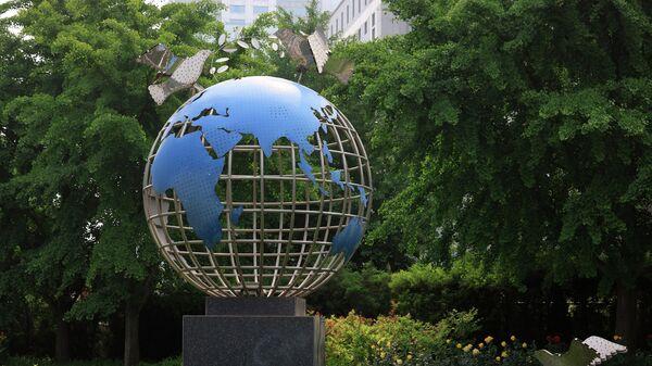 Скульптура возле здания Министерства иностранных дел в Пекине
