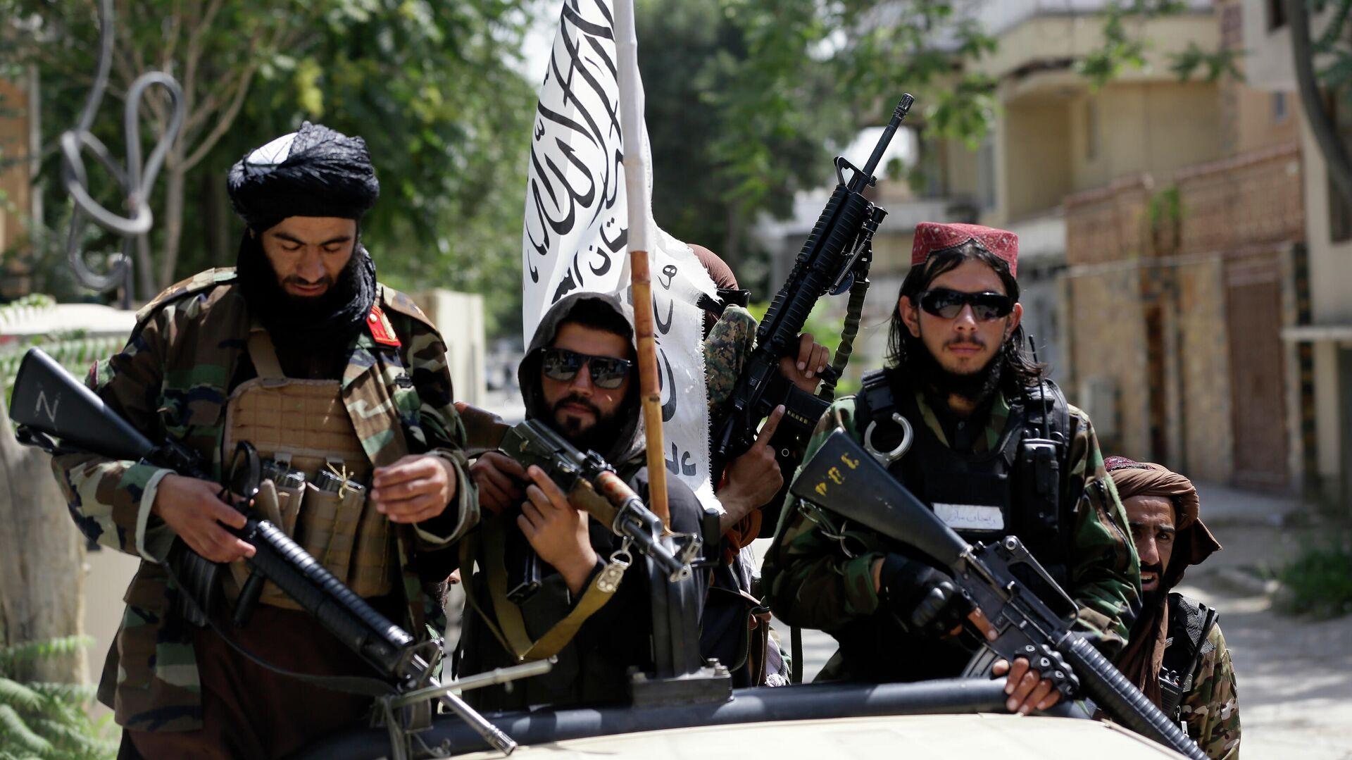 Боевики Талибана* с флагом во время патрулирования Кабула  - РИА Новости, 1920, 22.08.2021