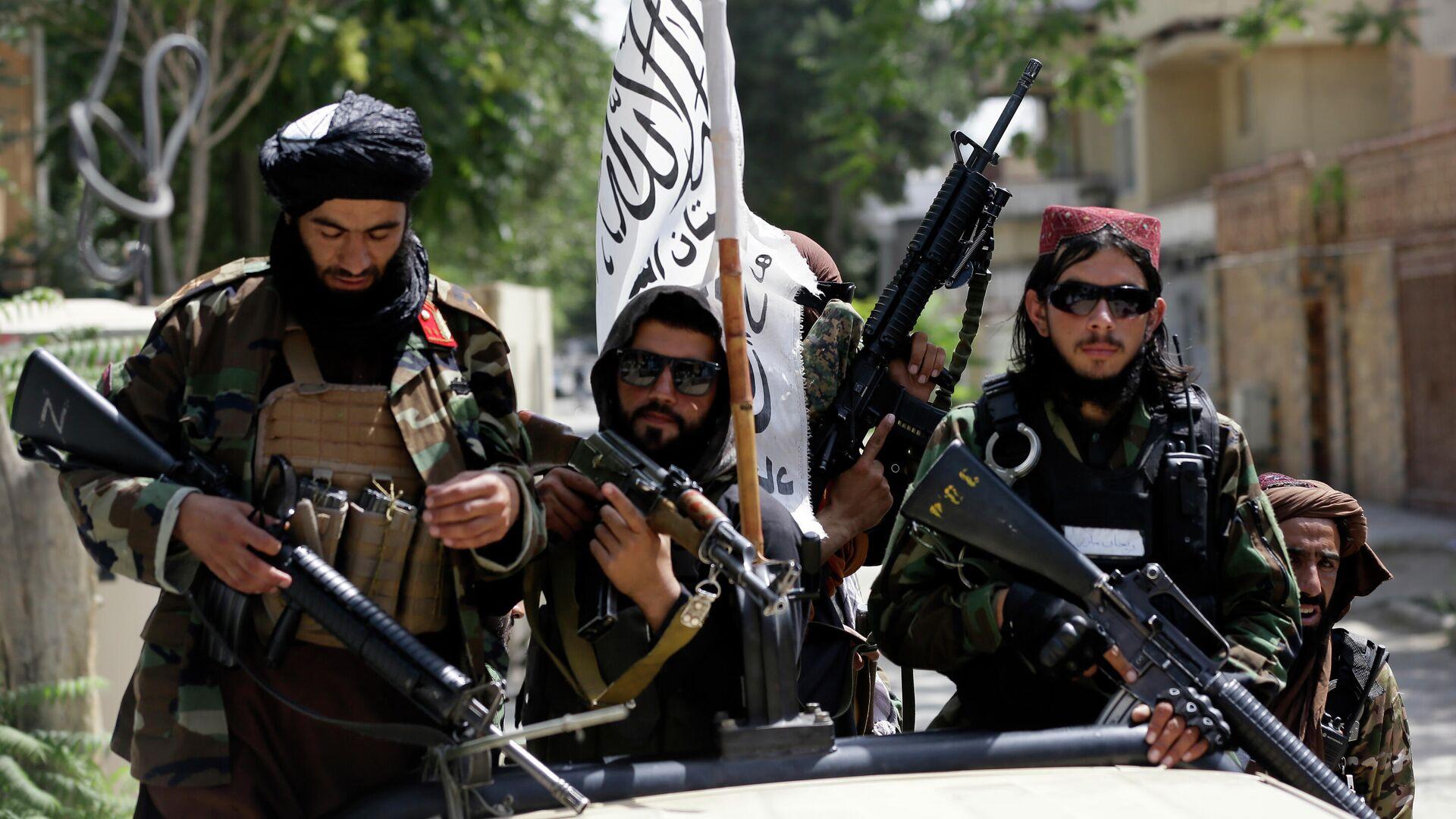 Боевики Талибана* с флагом во время патрулирования Кабула  - РИА Новости, 1920, 23.08.2021