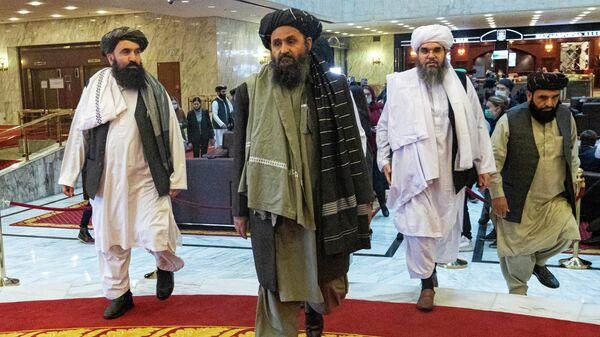 Мулла Абдул Гани Барадар  вместе с другими членами делегации Талибана во время прибытия на международную мирную конференцию в Москву