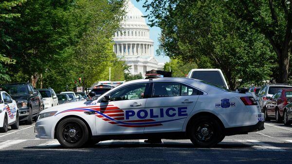Полицейская машина в районе зданий Капитолия США и библиотеки конгресса в Вашингтоне