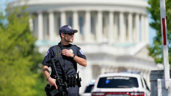 Офицер полиции в районе зданий Капитолия США и библиотеки конгресса в Вашингтоне