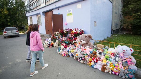 Цветы и мягкие игрушки у дома на улице Судостроителей в Тюмени, где жила восьмилетняя Анастасия Муравьева