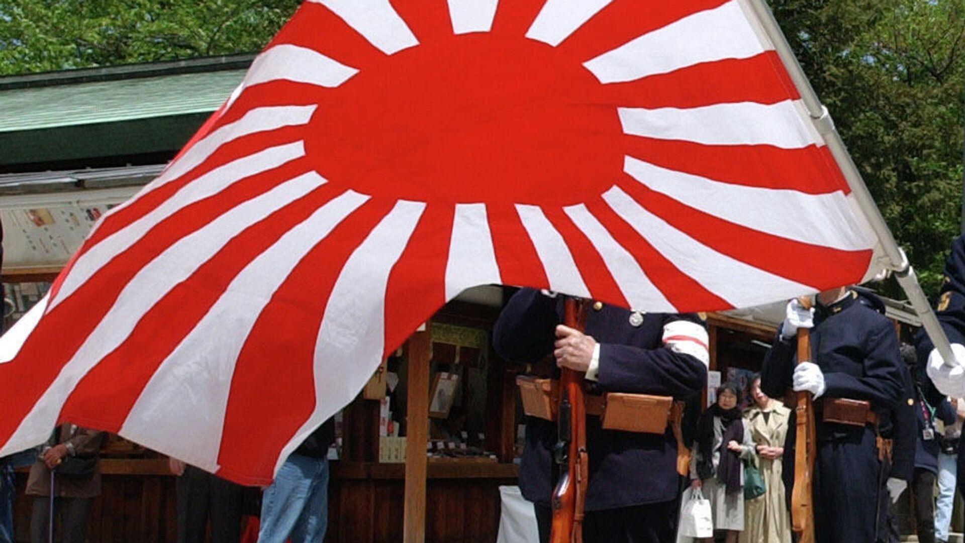 Ветераны имперских вооруженных сил Японии с флагом Императорской армии - РИА Новости, 1920, 25.08.2021