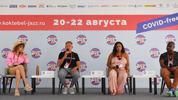 Певица Екатерина Готлиб (Шемякина), музыкант Александр Гершман, певцы Майя Сайк и Лаванс Колли (слева направо) на пресс-конференции музыкального коллектива Sasha's Block в рамках открытия Международного джазового фестиваля Koktebel Jazz Party - 2021 в Крыму.