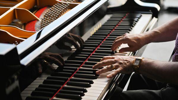 Народный артист России, джазовый пианист Даниил Крамер во время проверки звука, настройки звукового оборудования (Саундчекинг) на открытии Международного джазового фестиваля Koktebel Jazz Party - 2021 в Крыму.