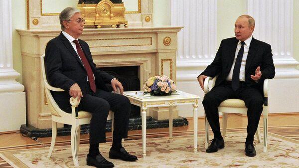 Президент РФ Владимир Путин и президент Казахстана Касым-Жомарт Токаев во время встречи