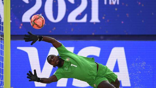 Вратарь сборной Мозамбика Мануэль Тиване в матче первого тура группового этапа чемпионата мира по пляжному футболу 2021 между сборными Мозамбика и Испании.