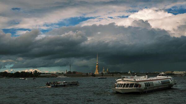 Вид на Петропавловскую крепость с Дворцовой набережной в Санкт-Петербурге