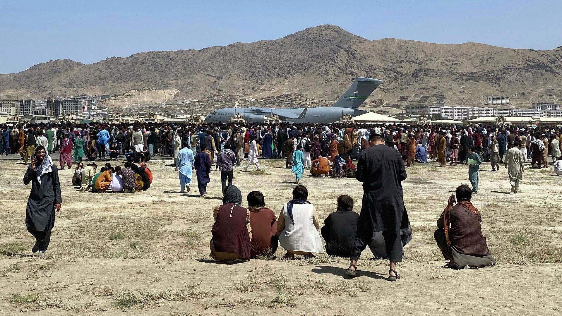 Люди в аэропорту Кабула - РИА Новости, 1920, 26.08.2021