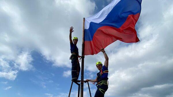 Сотрудники аварийно-спасательного отряда Крым-Спас с флагом России на вершине горы Ай-Петри в Крыму