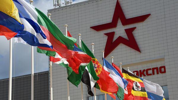 У входа в Конгрессно-выставочный центр Патриот, геде размещена выставочная экспозиция Международного форума АРМИЯ-2021