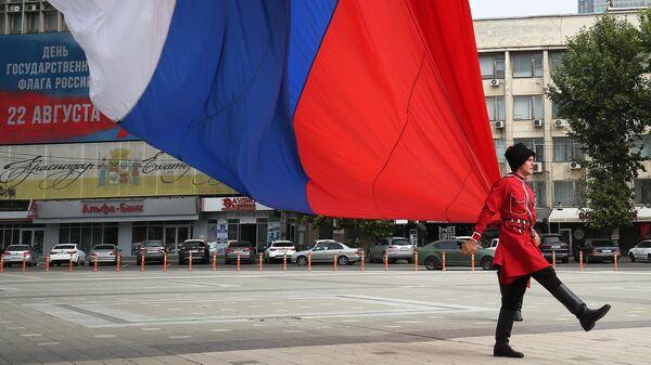 Почетный караул Кубанского казачьего войска на церемонии поднятия государственного флага РФ на Главной городской площади Краснодара во время празднования Дня Государственного флага РФ.