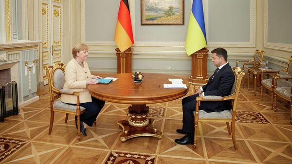 Президент Украины Владимир Зеленский и канцлер Германии Ангела Меркель во время встречи в Киеве