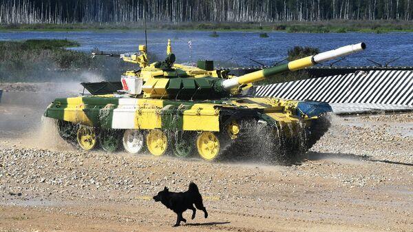 Танк Т-72Б3 команды военнослужащих Киргизии во время соревнований танковых экипажей в рамках конкурса Танковый биатлон-2021 на полигоне Алабино в Подмосковье в рамках VII Армейских международных игр АрМИ-2021
