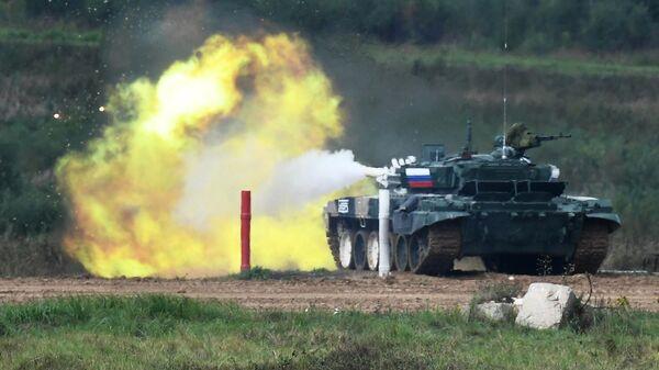 Танк Т-72Б3 команды военнослужащих России на огневом рубеже во время соревнований танковых экипажей в рамках конкурса Танковый биатлон-2021 на полигоне Алабино в Подмосковье в рамках VII Армейских международных игр АрМИ-2021