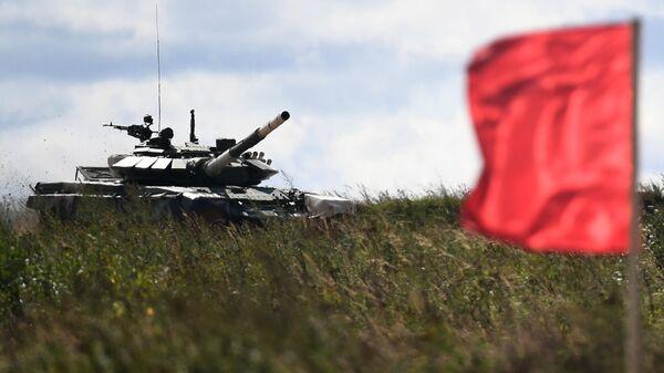 Танк Т-72Б3 команды военнослужащих Мьянмы во время соревнований танковых экипажей в рамках конкурса Танковый биатлон-2021 на полигоне Алабино в Подмосковье в рамках VII Армейских международных игр АрМИ-2021