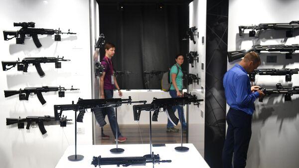 АКВ-521 с дополнительным коротким стволом концерна Калашников, представленный в выставочной экспозиции на Международном форуме АРМИЯ-2021