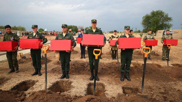 Церемония перезахоронения на Россошинском военно-мемориальном кладбище под Волгоградом более одной тысячи останков советских солдат, погибших в Сталинградской битве