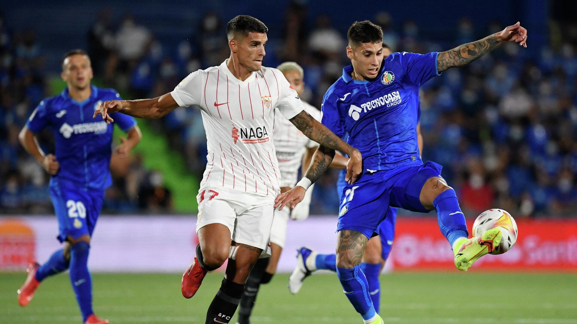 Getafe's Uruguayan defender Mathias Olivera (R) vies with Sevilla's Argentinian forward Erik Lamela during the Spanish League football match between Getafe CF and Sevilla FC at the Col. Alfonso Perez stadium in Getafe on August 22, 2021. (Photo by PIERRE-PHILIPPE MARCOU / AFP) - РИА Новости, 1920, 23.08.2021