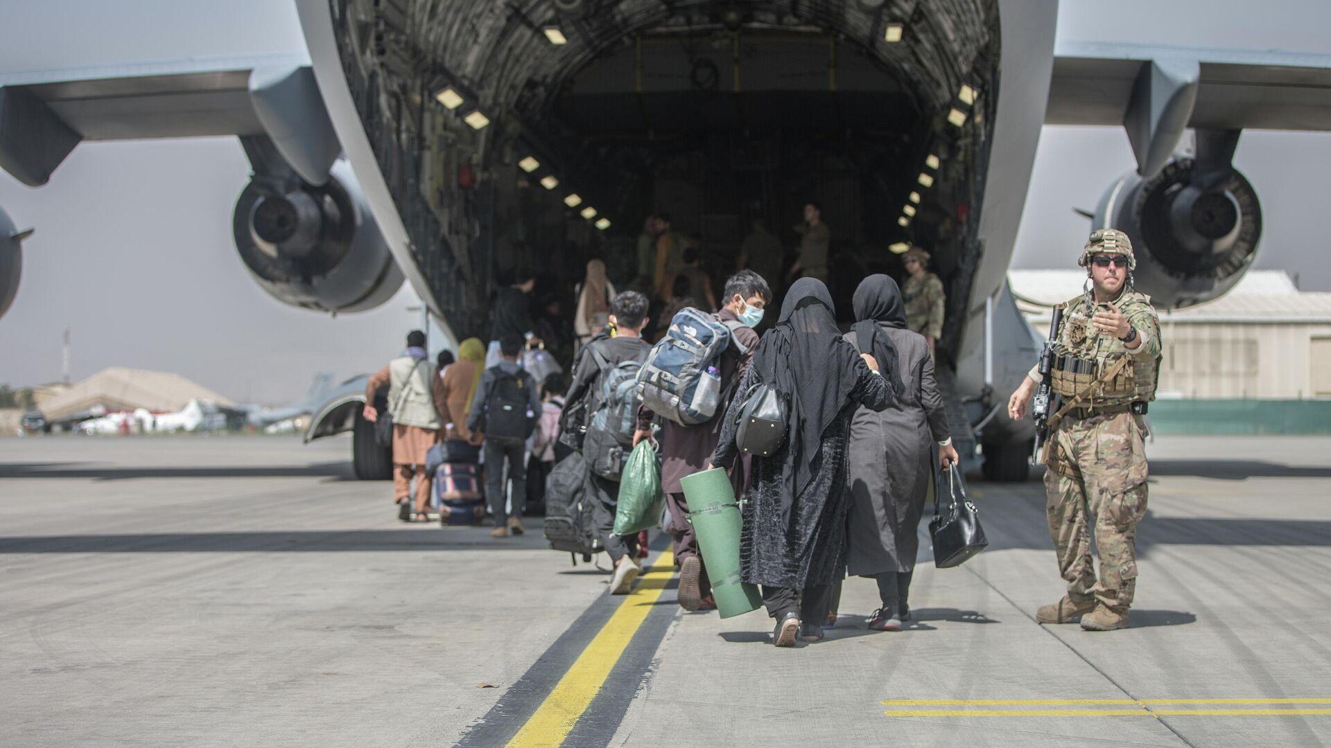 Транспортный самолет C-17 Globemaster III ВВС США во время эвакуации людей в международном аэропорту Хамида Карзая в Кабуле - РИА Новости, 1920, 26.08.2021