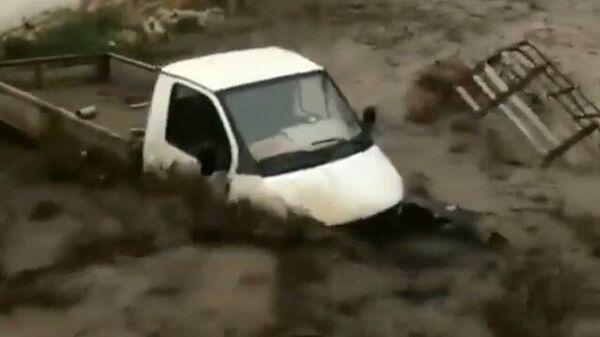 Потоки воды уносят людей и машины: последствия ливня в Дагестане