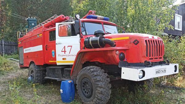 Пожарная машина на месте тушения лесного пожара в Свердловской области