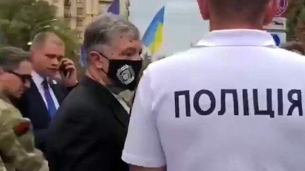 Экс-президента Украины Порошенко облили зеленкой в центре Киева