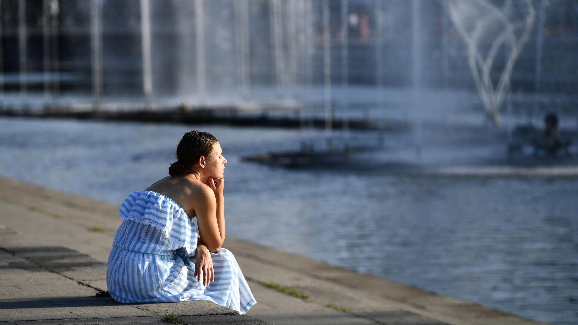 Девушка у фонтана в Историческом сквере в Екатеринбурге - РИА Новости, 1920, 13.09.2021