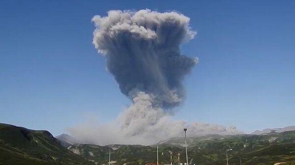 Вулкан Эбеко на Курилах выбросил огромный столб пепла