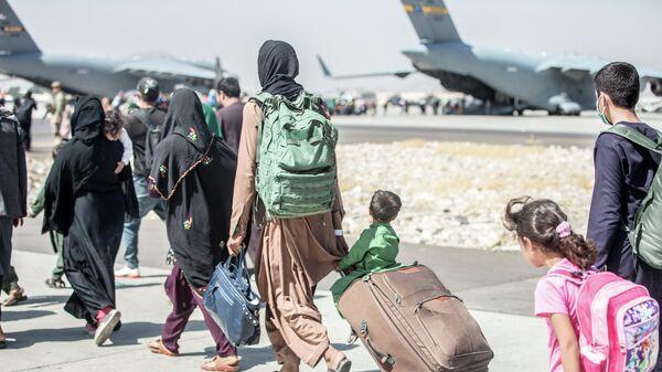 Эвакуация людей в аэропорту Кабула