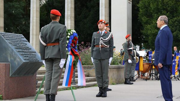 Министр иностранных дел РФ Сергей Лавров во время возложения венка к памятнику советским воинам-освободителям в Вене