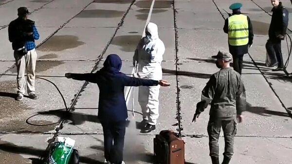 Пассажиры во время эвакуации граждан РФ из Афганистана в аэропорту Чкаловский в Московской области. Стоп-кадр видео
