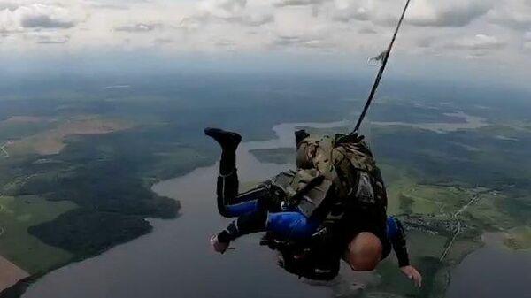 Водолаз с парашютом прыгает в воду