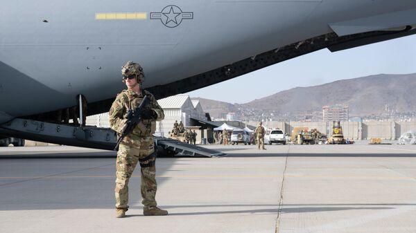 Американский военный в аэропорту Кабула