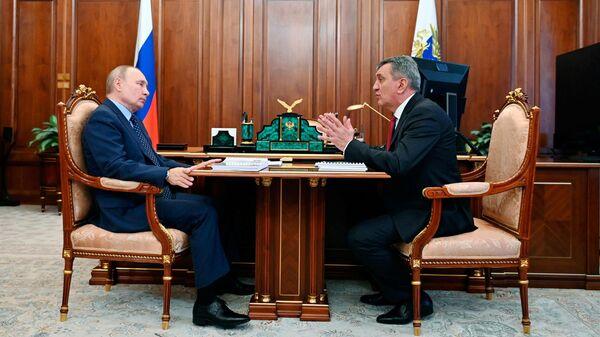 Президент РФ Владимир Путин и временно исполняющий обязанности главы Северной Осетии -Алании Сергей Меняйло во время встречи
