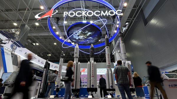 Посетители у стенда госкорпорации Роскосмос на Международном военно-техническом форуме Армия-2021