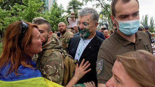 Экс-президент Украины Петр Порошенко, облитый зеленкой во время мероприятия в честь Дня независимости в Киеве