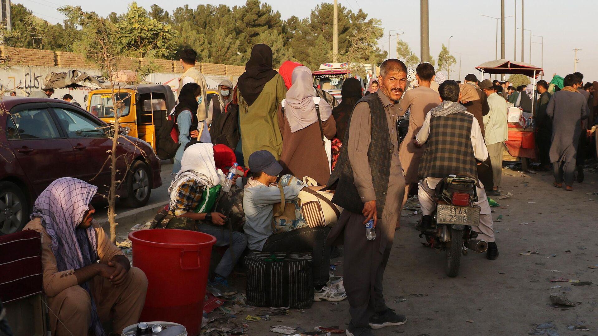 Люди возле международного аэропорта имени Хамида Карзая в Кабуле - РИА Новости, 1920, 13.09.2021