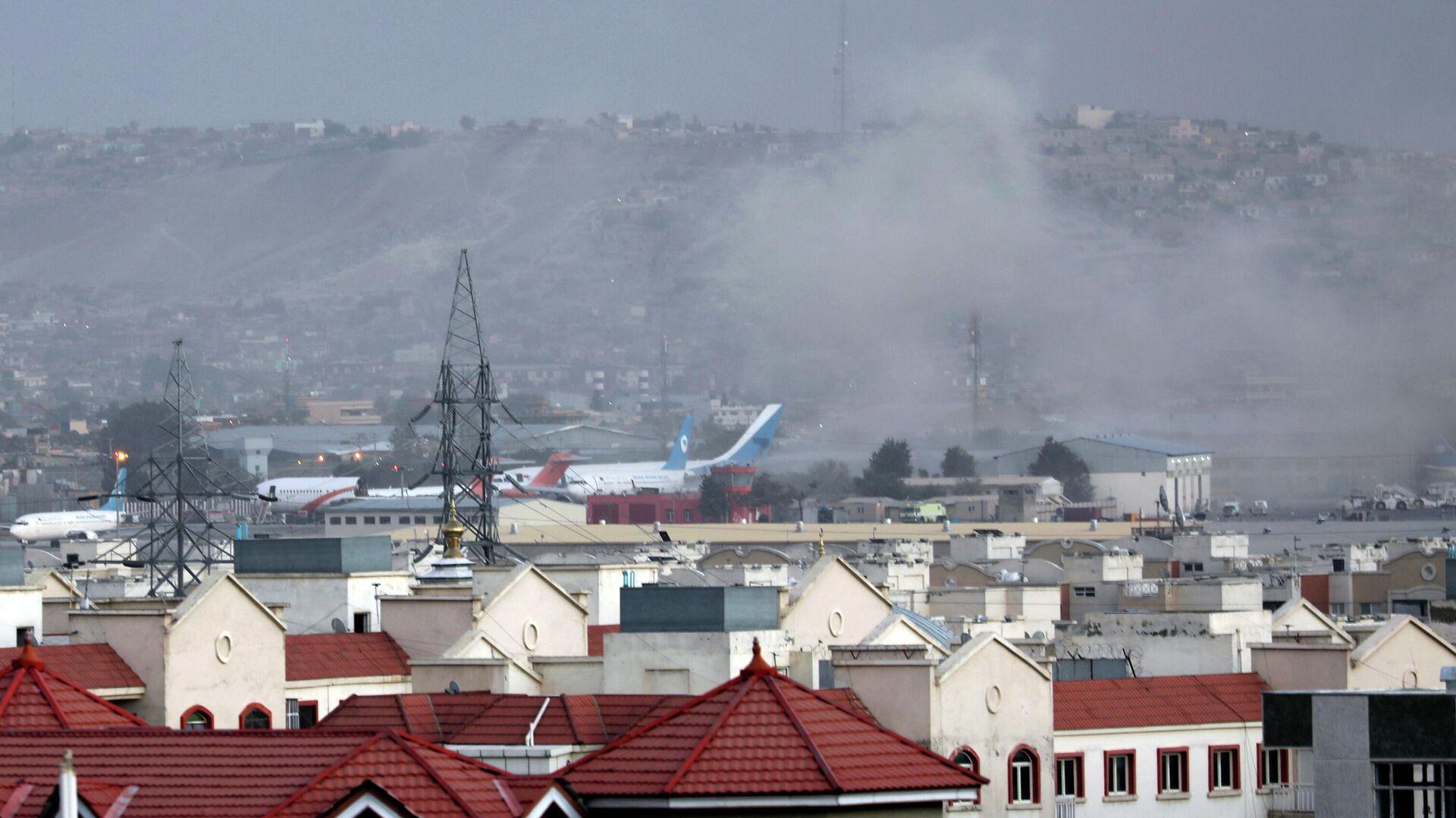 Дым от взрыва возле аэропорта Кабула  - РИА Новости, 1920, 26.08.2021