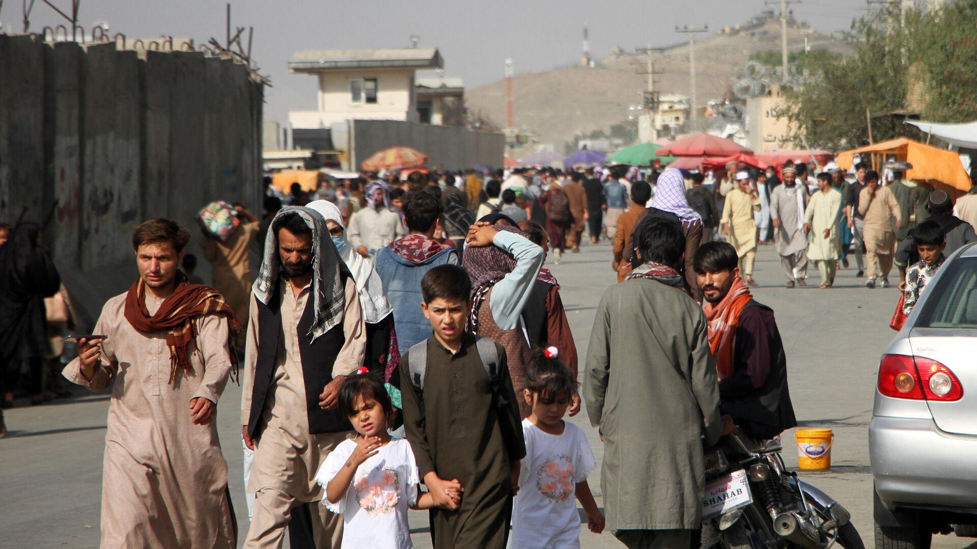 Люди возле международного аэропорта имени Хамида Карзая в Кабуле - РИА Новости, 1920, 16.09.2021