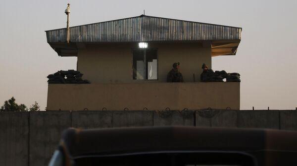 Военнослужащие вооруженных сил США дежурят на вышке на территории международного аэропорта имени Хамида Карзая в Кабуле