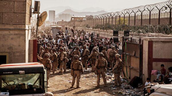Морские пехотинцы США во время эвакуации в аэропорту Хамида Карзая в Кабуле
