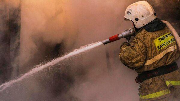 Сотрудник МЧС Республики Казахстан во время тушения пожара