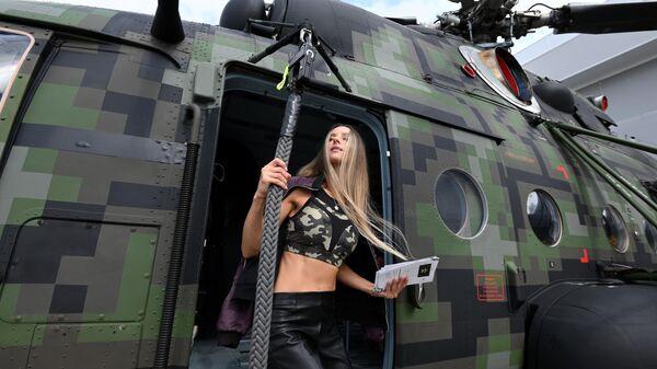 Девушка у вертолета Ми-8, представленного на открытой экспозиционной площадке Конгрессно-выставочного центра Патриот в рамках международного военно-технического форума Армия-2021