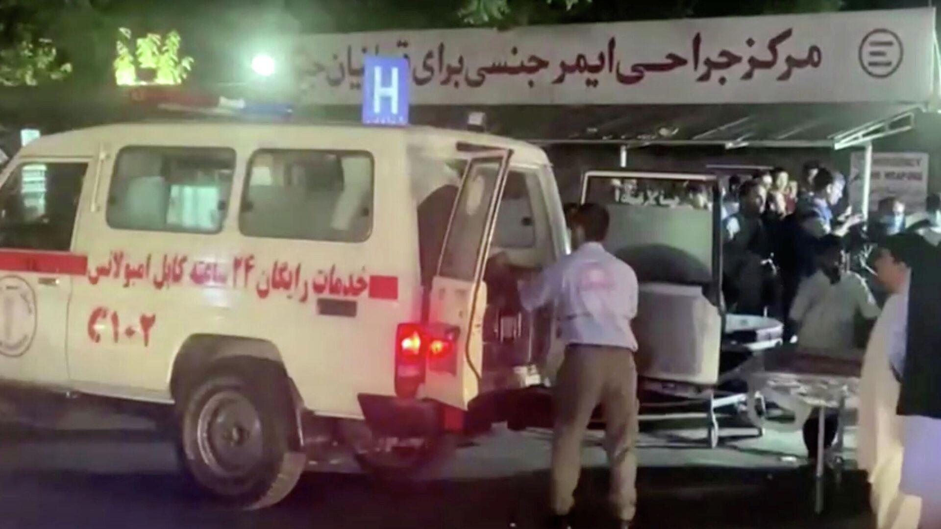 Эвакуация раненых в результате взрыва возле аэропорта Кабула - РИА Новости, 1920, 18.09.2021